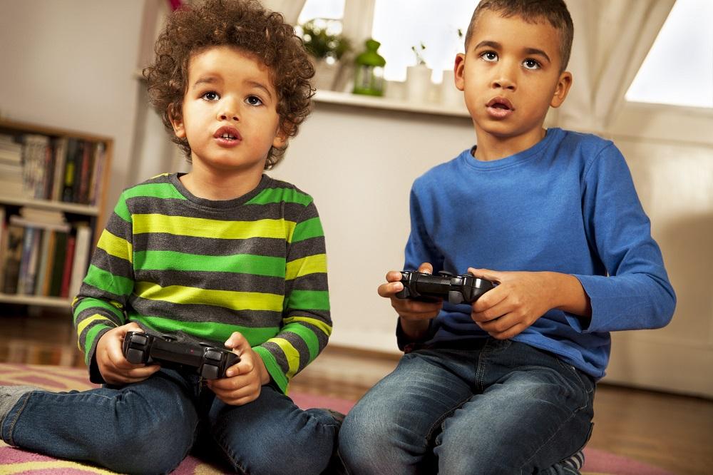 Jeunes enfants jouant aux jeux vidéos