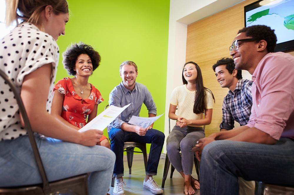 Groupe de jeunes gens échangeant à l'oral en anglais