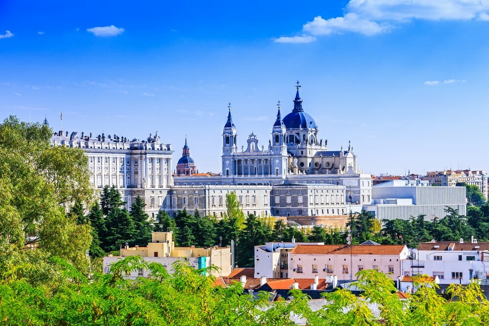La cathédrale Santa Maria la Real de La Almudena et le Palais Royal à Madrid