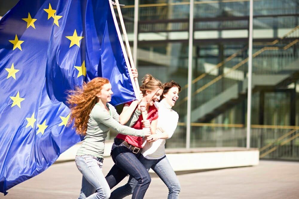 Etudiantes européennes courant avec un drapeau de l'UE