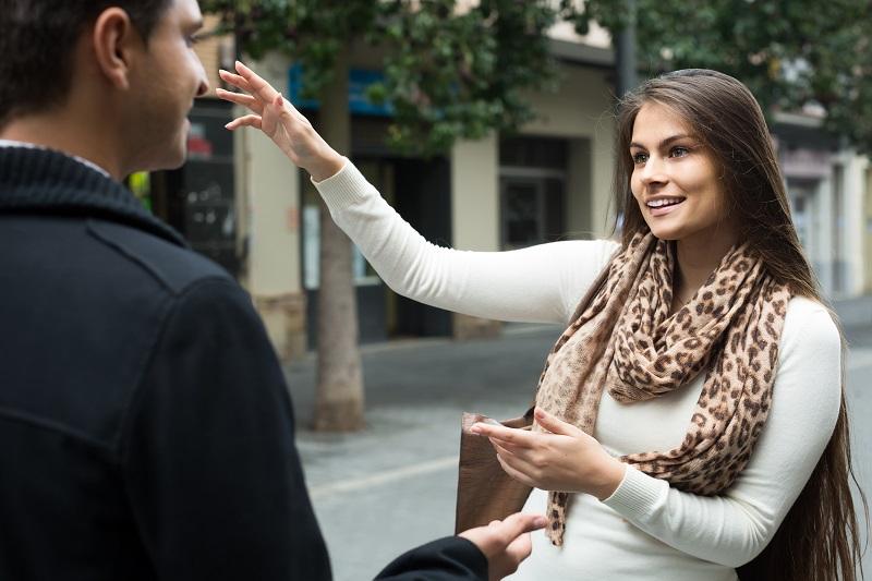 Jeune femme demande sa direction en anglais