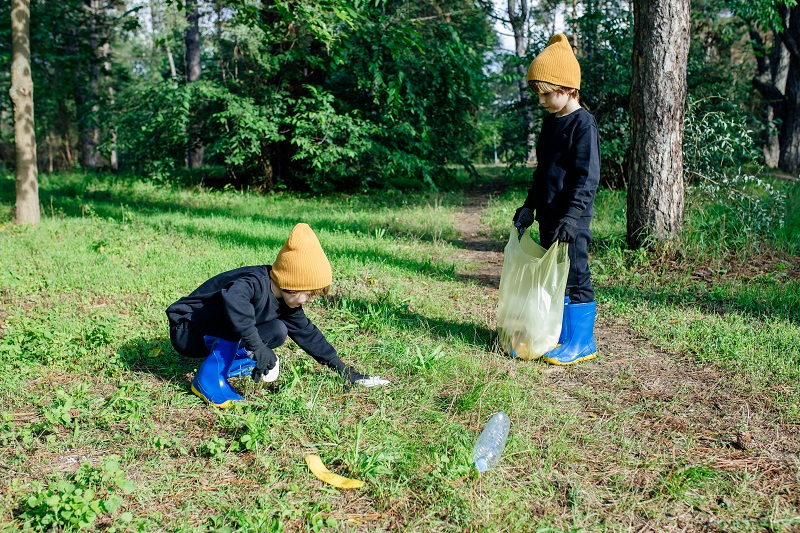 Enfants participants à une action de ramassage des déchets